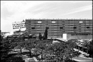 Démolition de la barre Renoir de la cité des 4000 à La Courneuve (93) en 2000