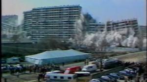 Démolition de la barre Debussy de la cité des 4000 à La Courneuve (93) en 1986