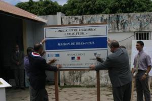Pose du panneau annonçant la rénovation d'un lieu public du quartier Bras-Fusil à St-Benoît de la Rénion