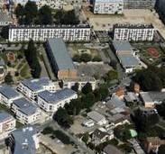 Vue aérienne du centre de loisirs Hergé à la cité des Bosquets (Montfermeil, 93) construit à l'emplacement de l'ancienne barre B2 démolie en 1994