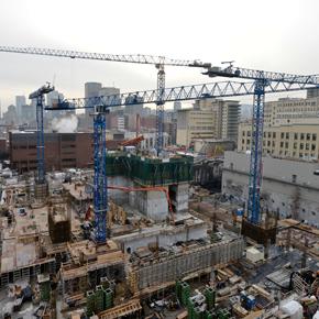 Installation de la 5e grue sur le chantier d'agrandissement du CHUM
