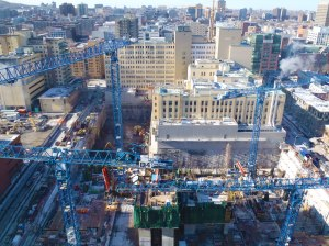 Vue d'ensemble des grues sur le chantier d'agrandissement du CHUM