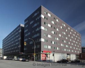 Une vue des résidences de l'École de Technologie Supérieure du niveau de la rue