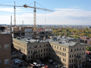 Vue du chantier du Pavillon K de l'HGJ avec le Pavillon H au premier plan