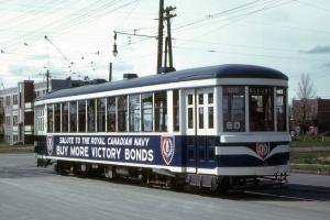 Publicité pour l'armée canadienne durant la Seconde Guerre Mondiale en anglais figurant sur un tramway