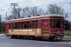 Publicité en anglais pour l'armée canadienne figurant sur un tramway de Montréal