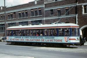 Publicité en français pour l'armée canadienne figurant sur un tramway de Montréal pendant la Seconde Guerre Mondiale