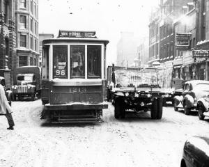 Tramway circulant sur la rue St-Antoine