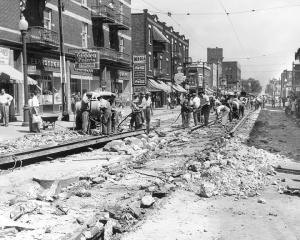 Retrait des rails du tramway sur la rue Bélanger (années 1950)
