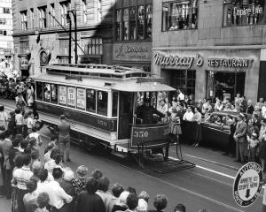 Parade des tramways sur la rue Ste-Catherine (1956)