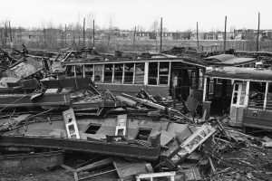 Destruction de tramways vétustes (1957)