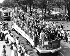 Parade des tramways sur l'avenue Papineau en 1959