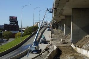 Ouvriers travaillant à la réparation d'une des structures de l'autoroute Ville-Marie en septembre 2013