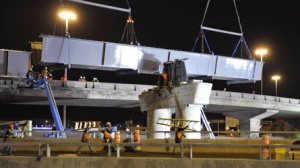 Installation d'une poutre-caisson durant le réaménagement de l'échangeur des Laurentides