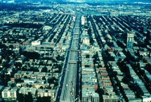 Vue aérienne de l'autoroute Décarie dans les années 1970