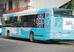 Un autobus de la société de transport Agglo'bus, chargée du transport dans l'agglomération de Cayenne