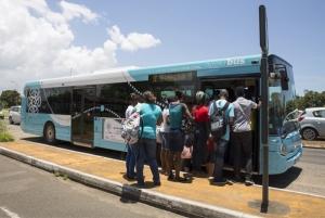 Personnes embarquant dans un Agglo'bus de la région de Cayenne
