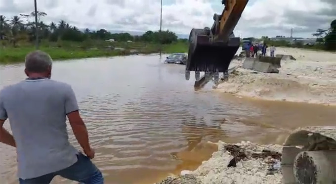 RN2 inondée à Beausoleil (Baie-Mahault) en mai 2017